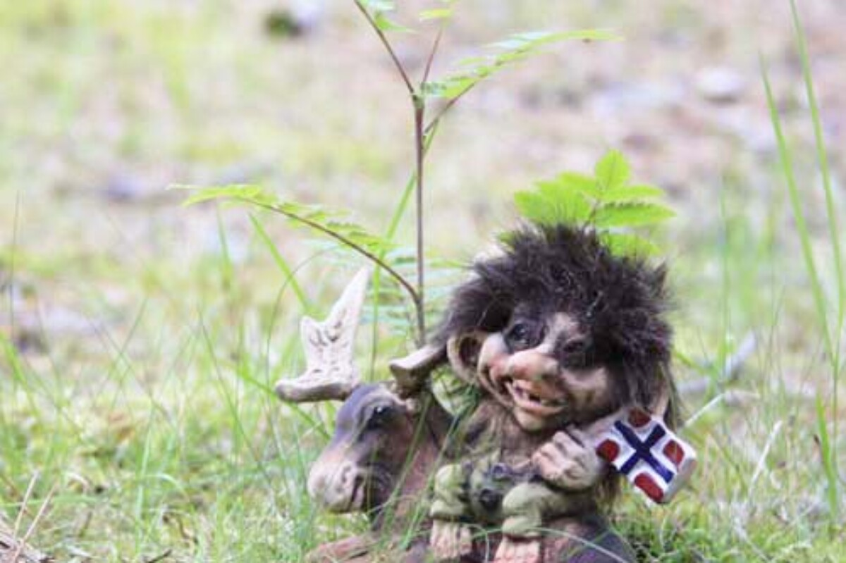 Troll with moose and flag (Troll # 064)