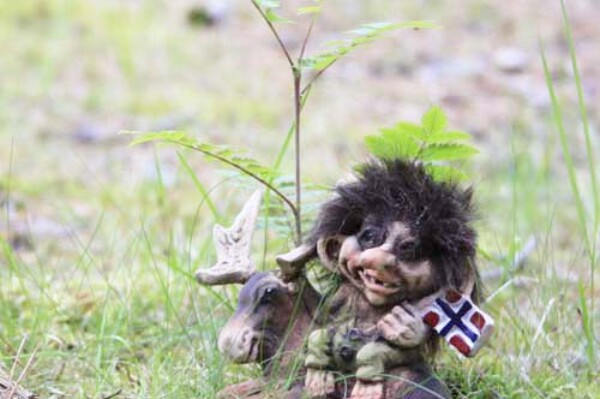 Image of Troll with moose and flag (Troll # 064)