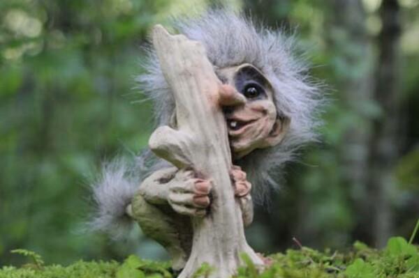 Image of Troll behind tree (Troll # 174)