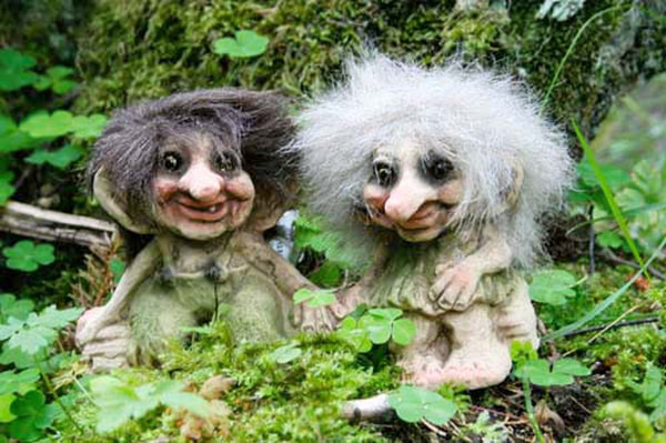 Image of Troll boy and girl on a trunk (Troll # 175)