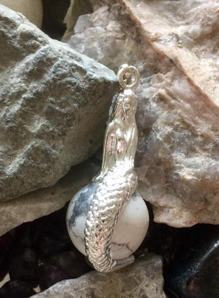 Bilde av Hovelitt Hvit Mermaid Anheng