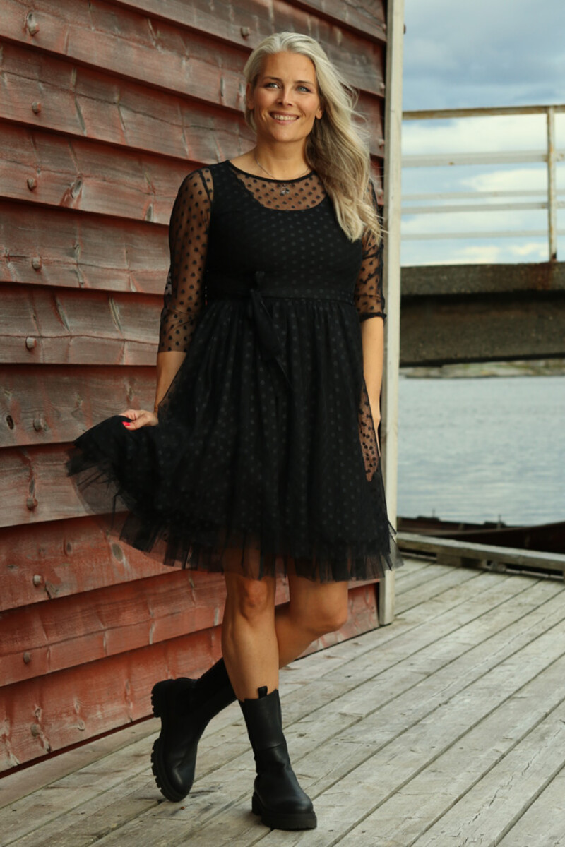 Elly sort prikkete chiffon kjole