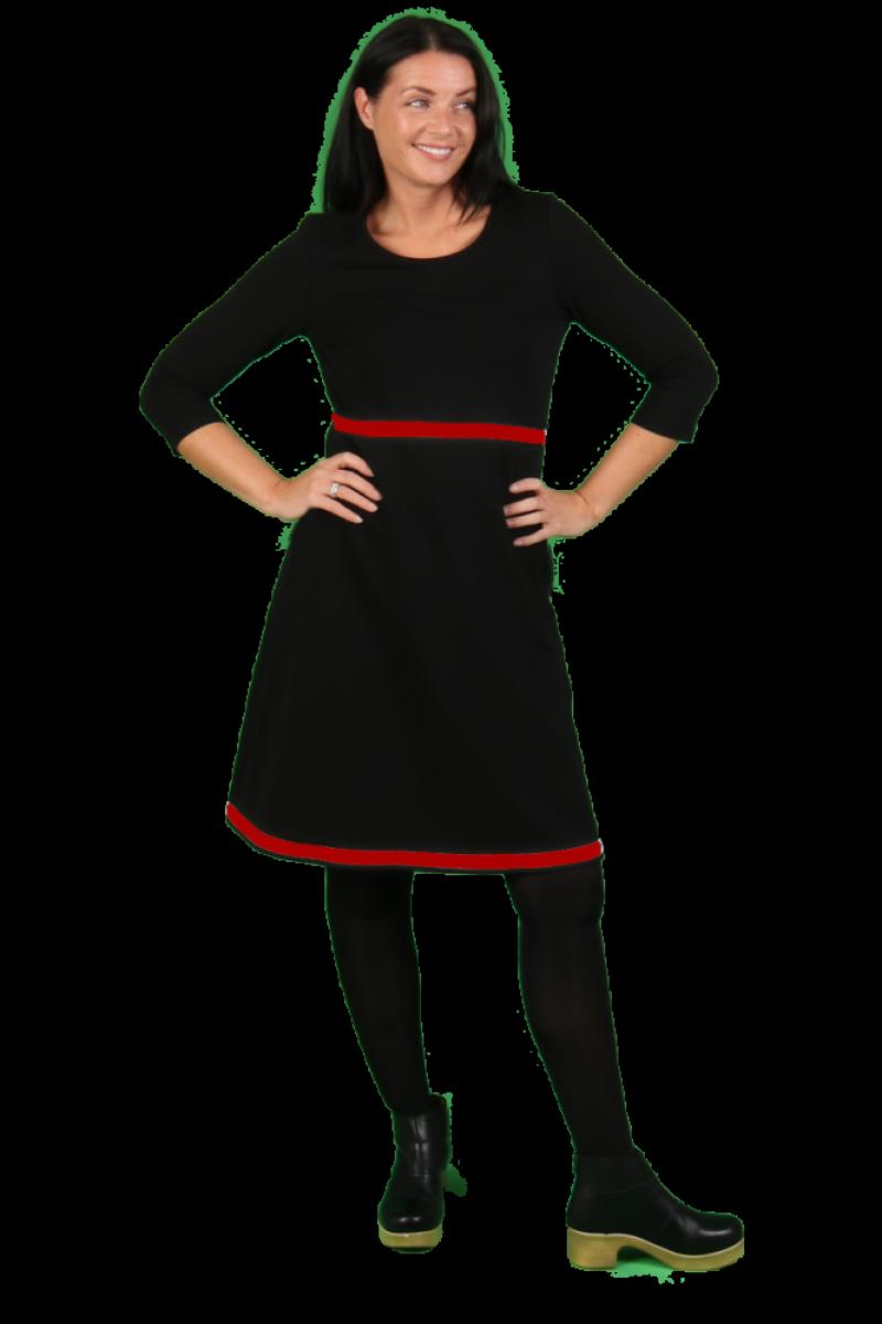 Magda sort og rød kjole