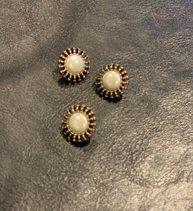 Bilde av Gull knapp hvit perle
