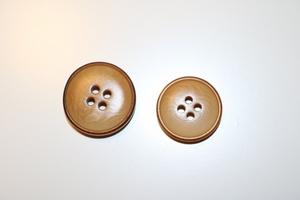 Bilde av Beige knapp med slitt kant