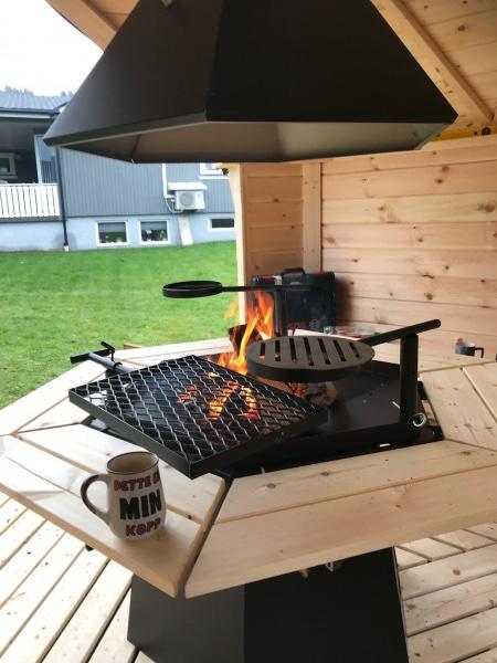 Kuva 6-kulmainen grilli, savupiippu ja piipunhattu