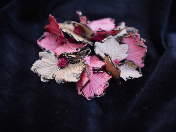 Bilde av Nectar - Hårstrikk Leaves - Beige/Cerise