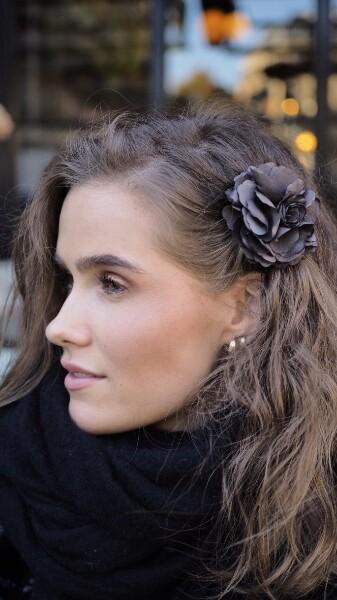 Bilde av Nectar - Silky Flower Hair/Broch - Grey