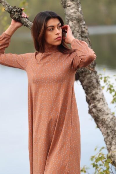 Bilde av Basic Apparel - Elba T-neck Dress - Roasted Pecan