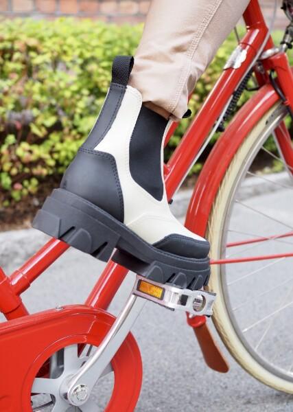 Bilde av Shoe Biz - Vulrica Rubber Boots - Cream/Black
